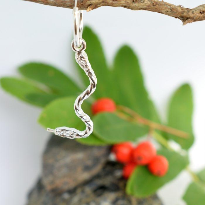 Käärme-korvakoru on yksittäinen korvakoru, joka on designattu hollantilaisen kierteisen hopealusikan varresta.