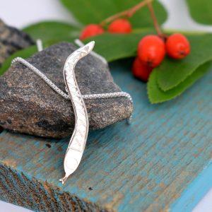 Kyy-riipus, joka on muotoiltu hopeisen keilapalkintolusikan varsiosasta.