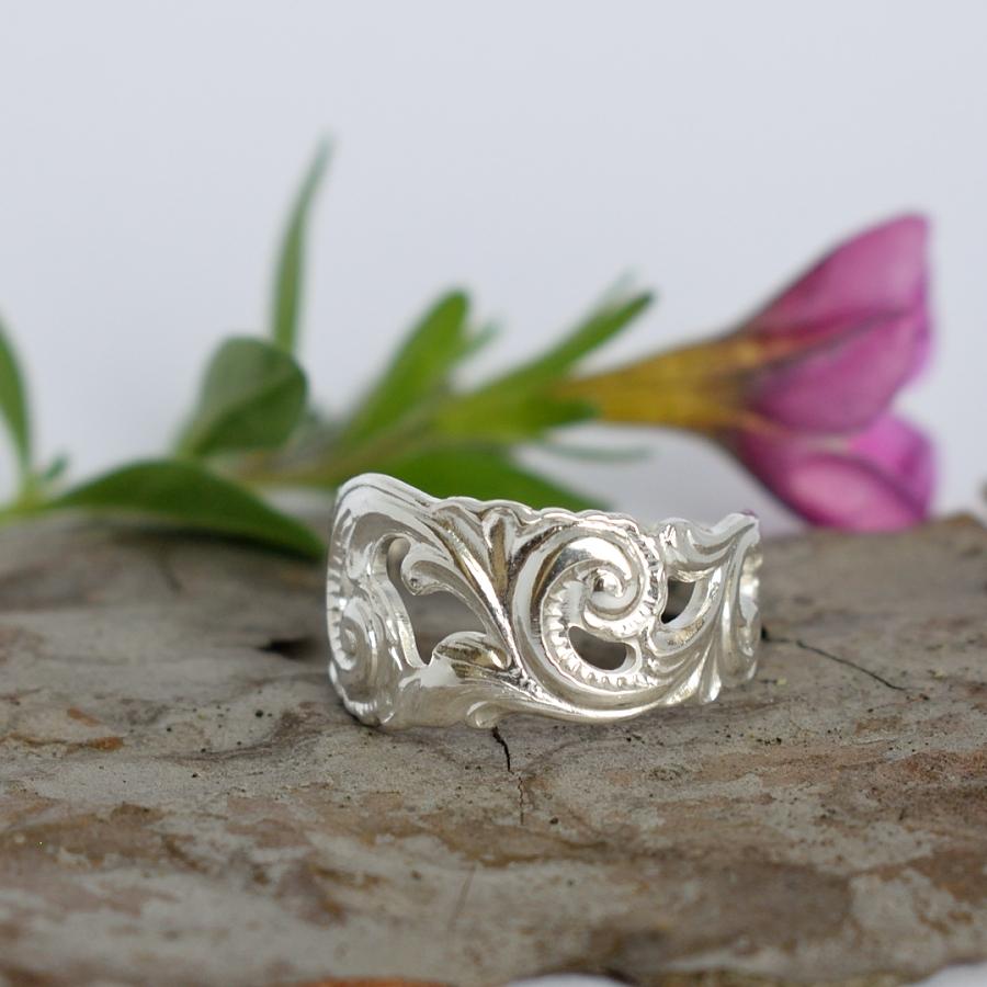 Aurora-sormus on valmistettu koristeellisen kahvilusikan varsiosasta.