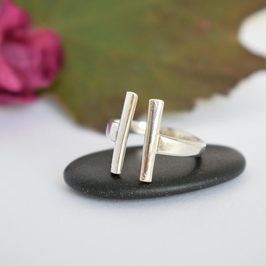 Halot-sormus, joka on muotoiltu hopeisten kahvilusikoiden varsien kapeista osista.