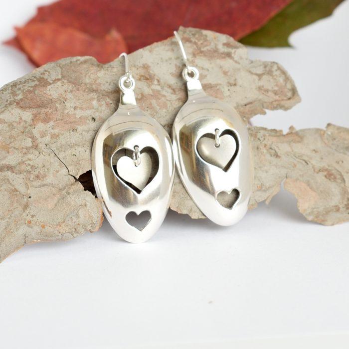 Hearts-korvakorut, jotka on muotoiltu hopeisten lusikoiden pesistä.