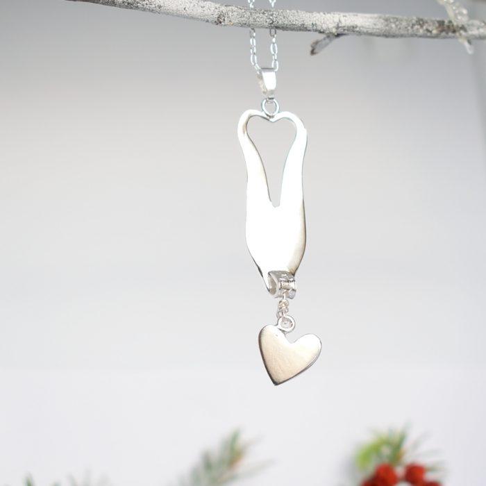 Honey-haarukkariipus, joka on valmistettu hopeisesta leikkelehaarukasta. Koruun on kiinnitetty erikseen roikkuva sydän.