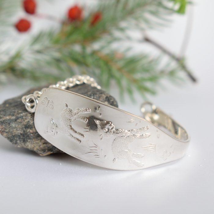 Karitsat-rannekoru, joka on muotoiltu hopeisen kummilusikan varsiosasta.