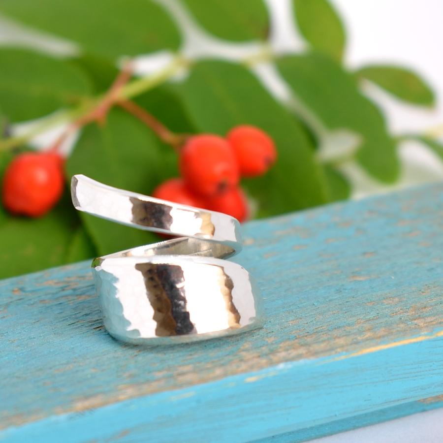 Keiju-kierresormus, joka on muotoiltu hopeisen kahvilusikan varresta, takopinta.