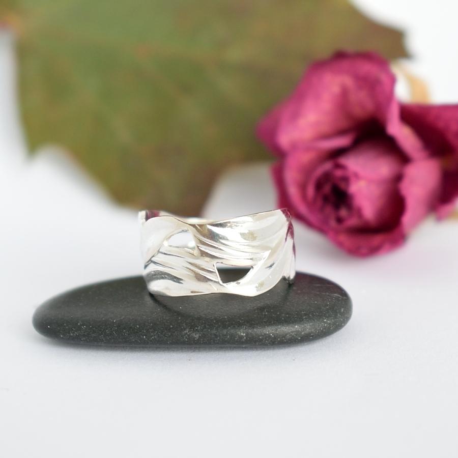 Kielonlehdet-sormus, joka on muotoiltu hopeisten kielolusikoiden varsien osista.