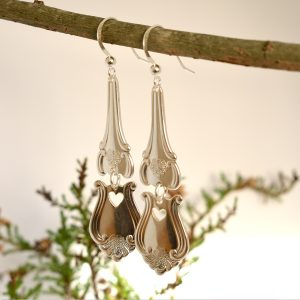 Romantica-korvakorut, jotka on muotoiltu hopeisten Romantica-lusikoiden varsista. Korujen alaosaan on sahattu pieni sydän.