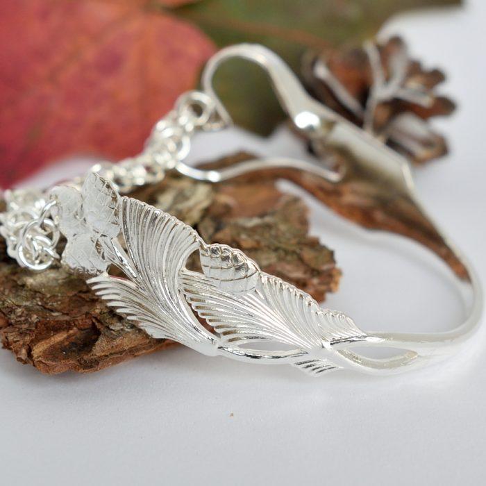 Sydänkäpy-rannekoru, joka on muotoiltu hopeisesta otinhaarukasta.