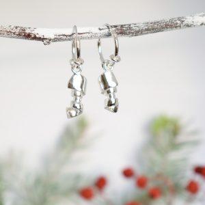 Sykerö-korvakorut, jotka on muotiltu hopeisten kahvilusikoiden varsista.
