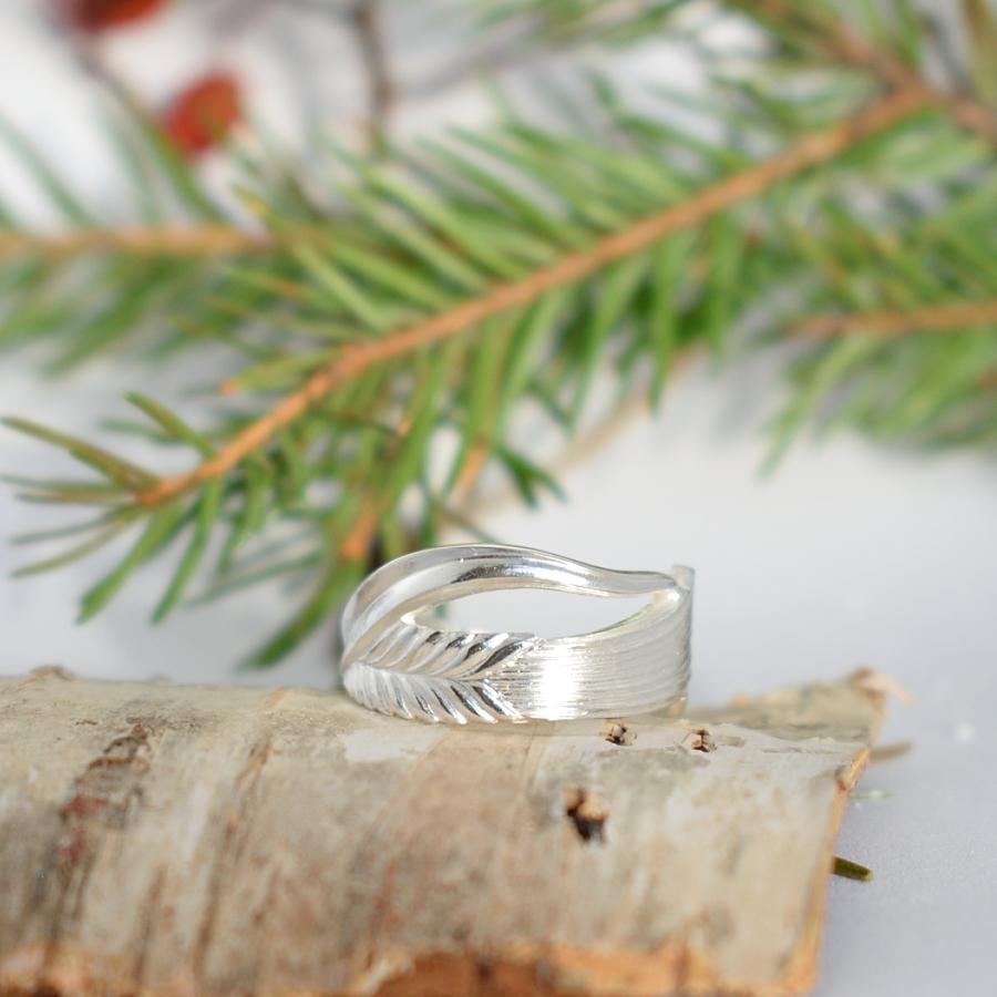 Vilja-sormus, joka on muotoiltu hopeisesta Vilja-kahvilusikasta.