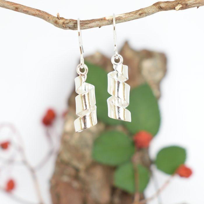Kierteet-korvakorut, jotka on muotoiltu hopeisten lusikoiden varsista.