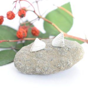 Viuhka-korvakorut, jotka on valmistettu hopeisten lusikoiden varsista.