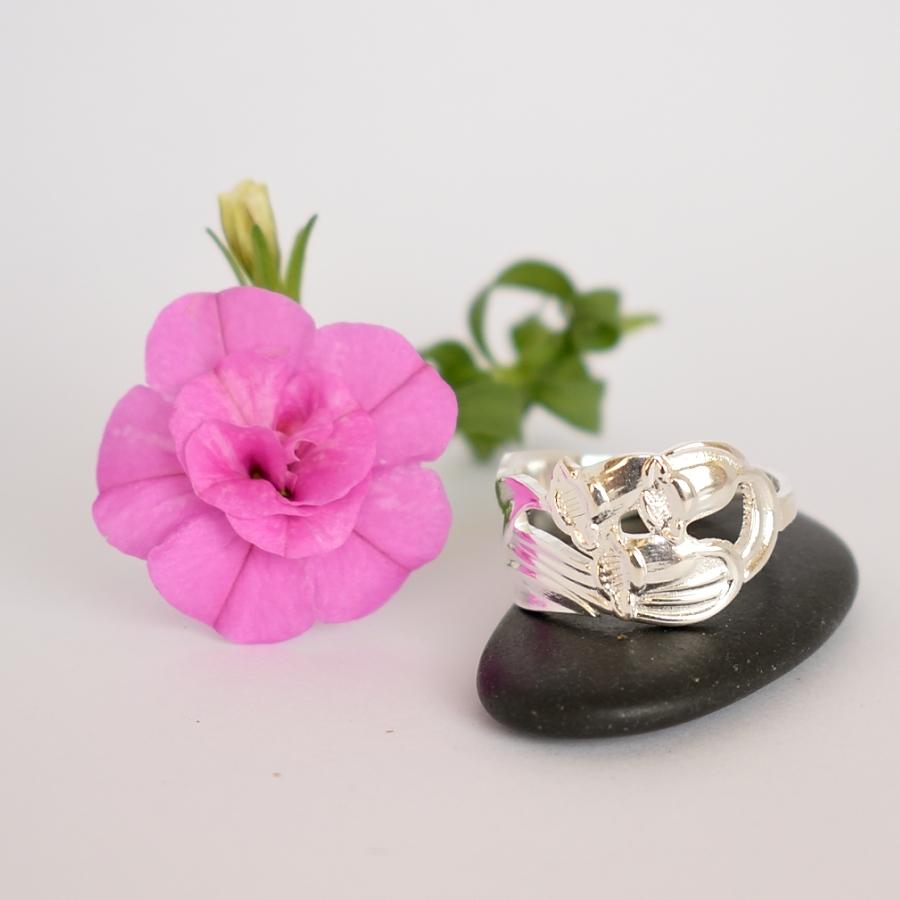 Kielot-sormus, joka on muotoiltu hopeisen Kielot-kahvilusikan varresta.