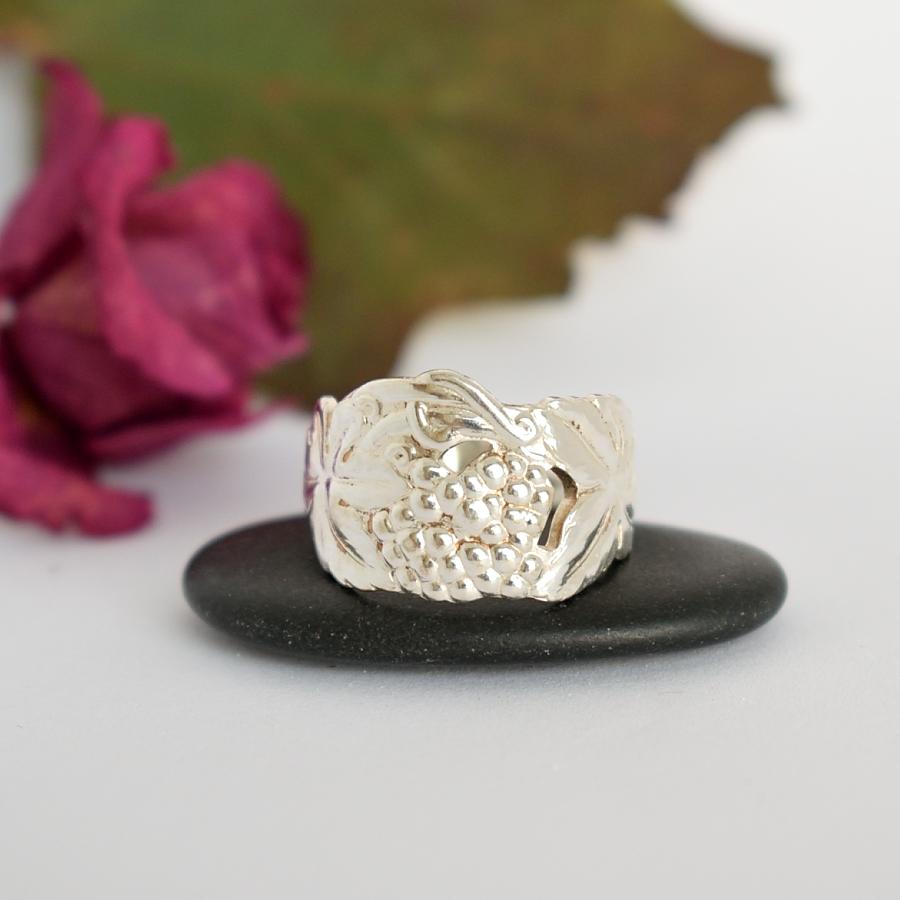 Rypäleet-sormus, joka on valmistettu hopeisen kahvilusikan varresta.