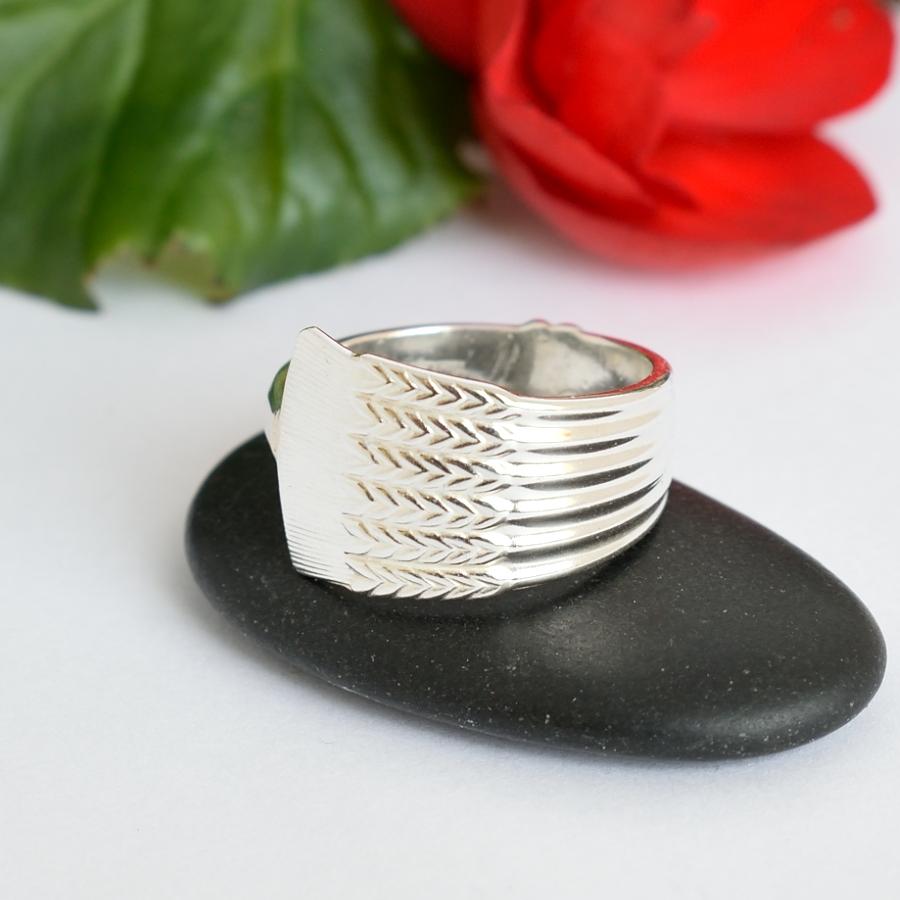 Tähkä-sormus, joka on valmistettu Tähkä-kahvilusikan varsiosasta.