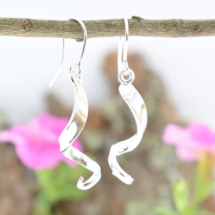 Spiraali-korvakorut, jotka on muotoiltu hopeisen leikkelehaarukan piikeistä.