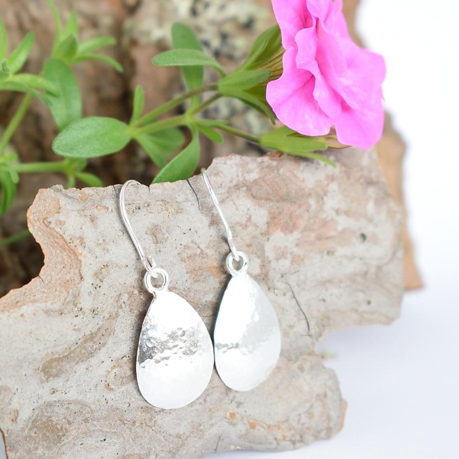 Takopisara-korvakorut, jotka on muotoiltu hopeisten mokkalusikoiden pesistä.