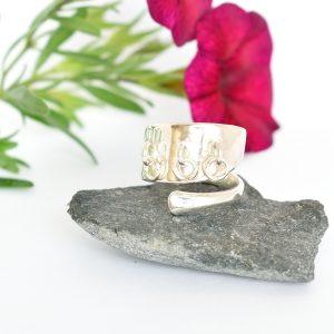 Kirste-sormus on kierresormus, joka on valmistettu hopeisen kahvilusikan varresta. Sormukseen on kiinnitetty heliseviä hopearenkaita.