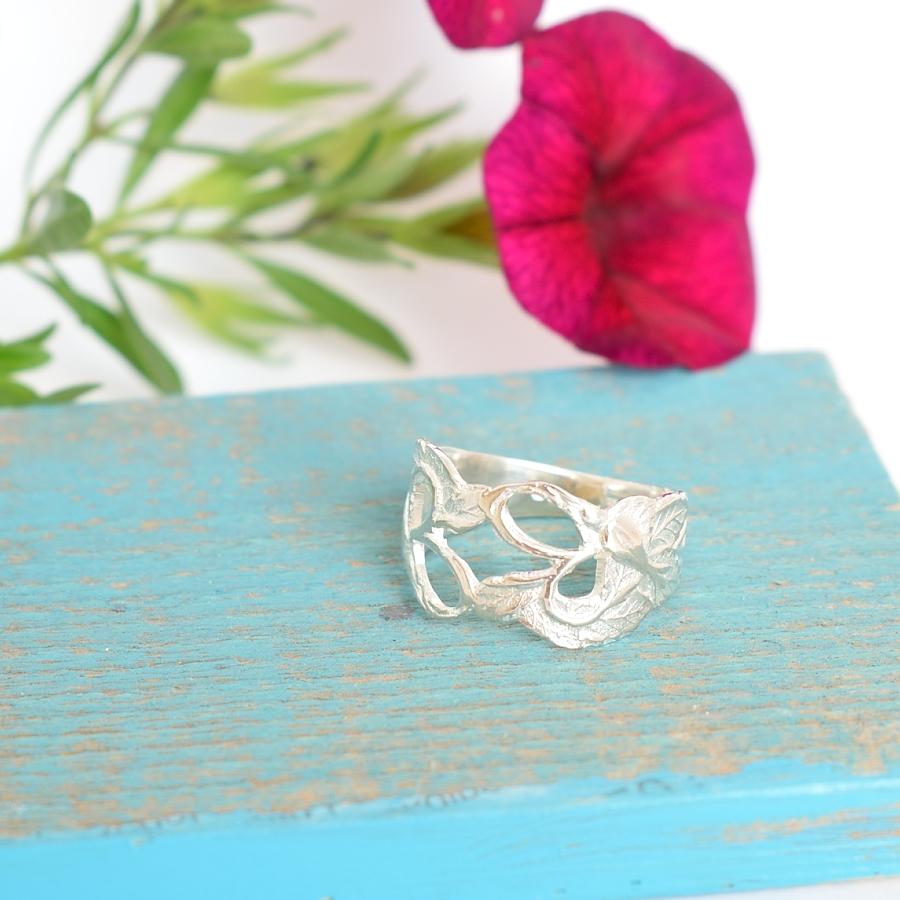 Pitsi-sormus, joka on muotoiltu hopeisten, pitsimäisten .