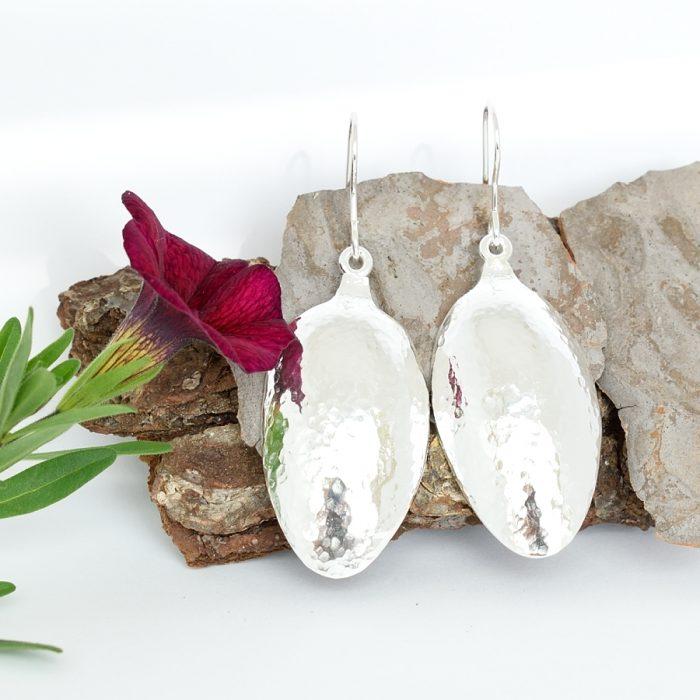 Solina-korvakorut on valmistettu hopeisten kahvilusikoiden pesistä. Korujen pinta on taottu. Korvakorujen koukut ovat tavallista korkeammat eli 20 mm ja paksummat eli 1 mm.