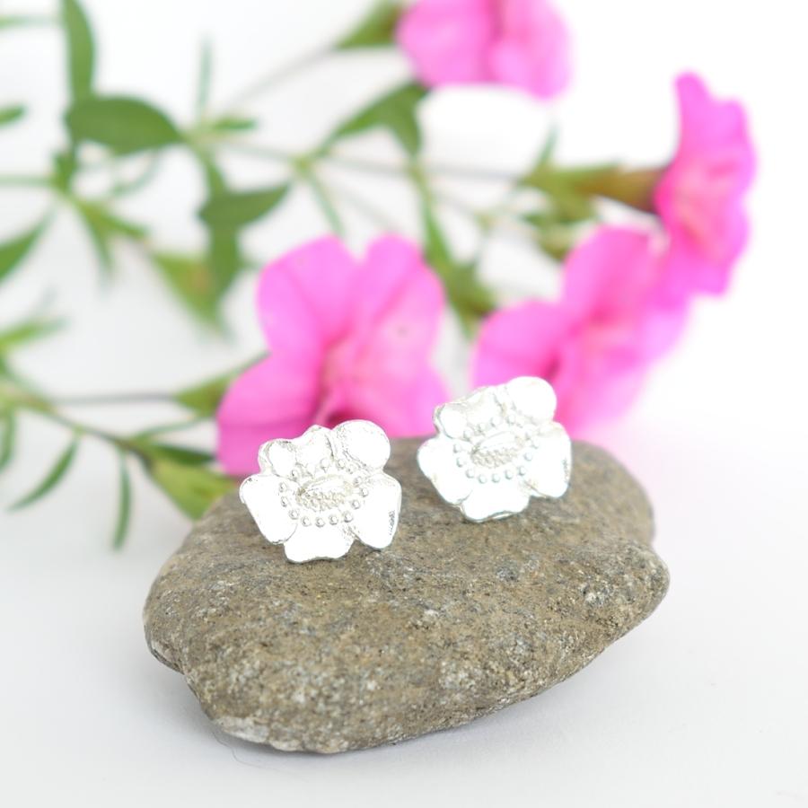 Unikko-tappikorvakorut on muotoiltu hopeisten kahvilusikoiden varsien kukista.
