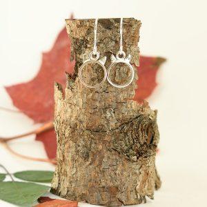Kisulit-korvakorut, jotka on muotoiltu hopeisten lusikoiden varsista.