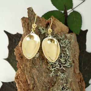 Kultaseni-korvakorut, jotka on valmistettu pienten, hopeisten mokkalusikoiden pesistä. Koruissa on säilytetty lusikanpesien kultaus. Myös välirenkaat ja koukut ovat kullattua hopeaa.