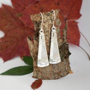Lumo-korvakorut on valmistettu hopeisten kahvilusikoiden varsista. Lusikat ovat alun perin vuodelta 1914.