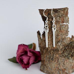 Naulat-korvakorut, jotka on valmistettu hopeisten kahvilusikoiden ohuista varsiosista.