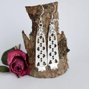 Princess-korvakorut, jotka on valmistettu ruotsalaisten hopealusikoiden varsista.