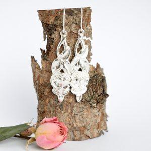 Ruusunen-korvakorut, jotka on valmistettu hopeisten mokkalusikoiden varsista.