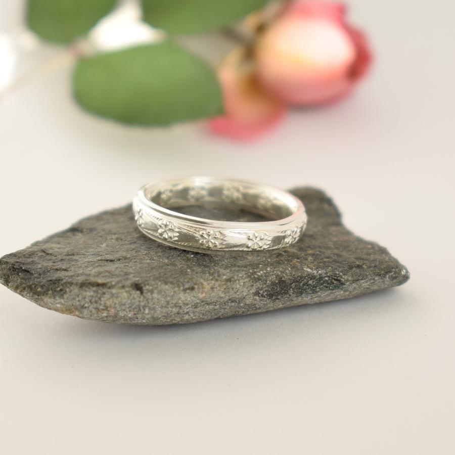 Kruunut-sormus, joka on valmistettu hopealusikan varresta.