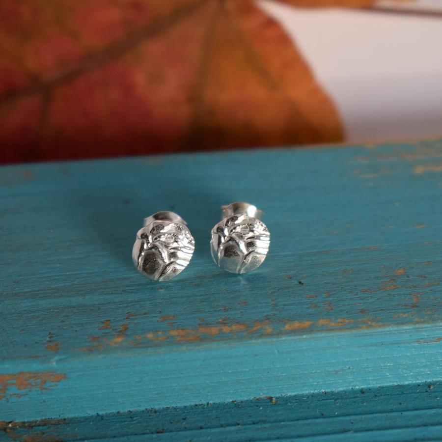 Nuppunen-korvakorut on valmistettu hopeisten lusikoiden pienistä ruusuista. Koruissa on tappikiinnitys.