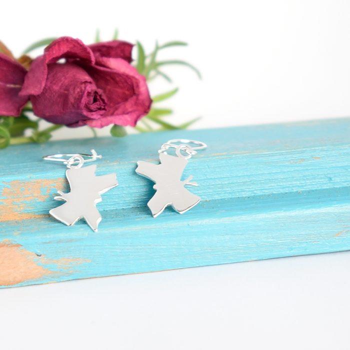 Perhonen-korvakorut on muotoiltu hopeisen lusikan pesästä.