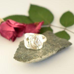 Pikkuruusu-sormus, joka on muotoiltu hopeisen mokkalusikan varresta.