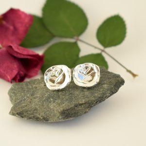 Ruusunen-tappikorvakorut on valmistettu hopeisten mokkalusikoiden varsien päistä