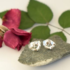 Ruusunnuppu-korvakorut on valmistettu hopeisten mokkalusikoiden ruusuista.