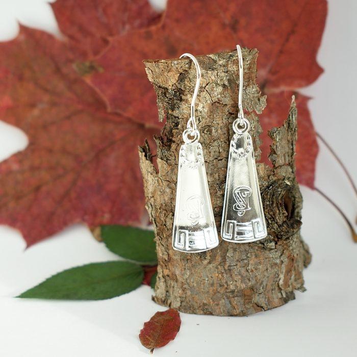 Sävel-korvakorut on valmistettu Ferdinand Timperin v. 1914 suunnittelemien hopealusikoiden varsista.