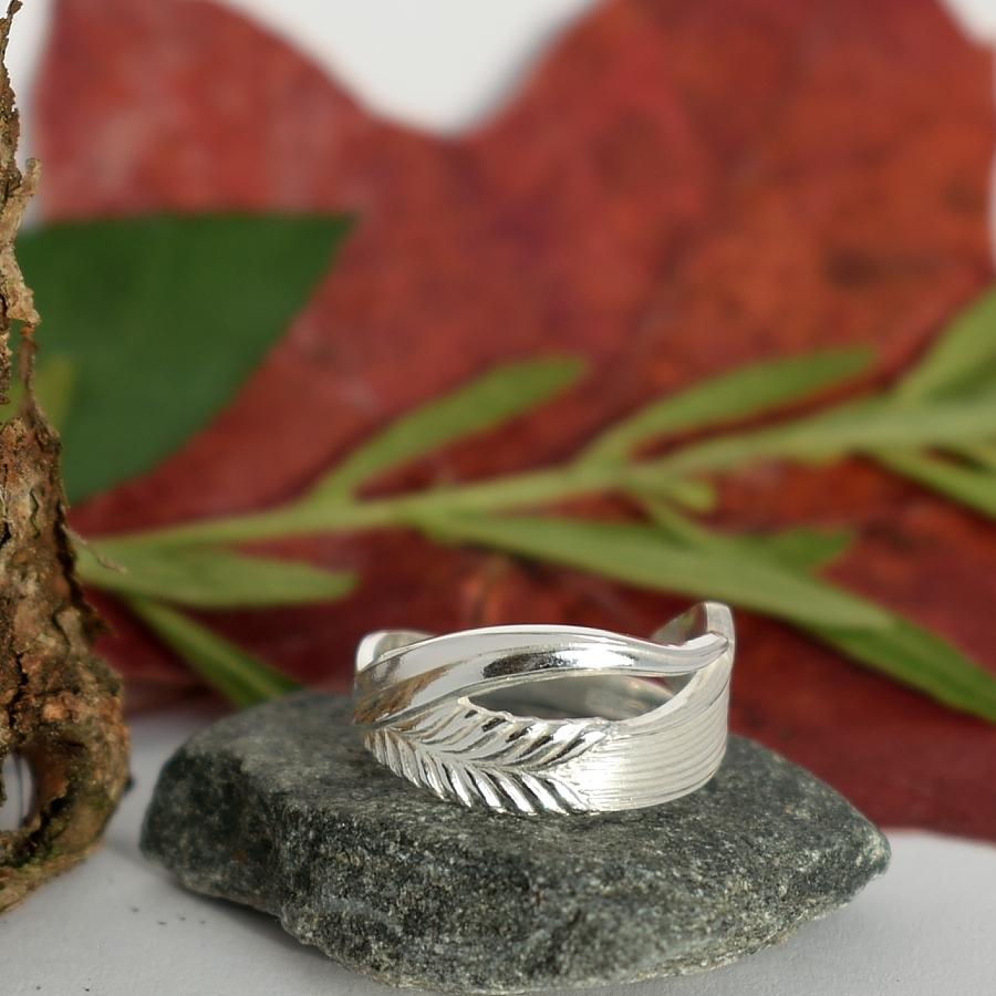 Vilja-sormus, joka on muotoiltu hopeisen Vilja-lusikan varresta.