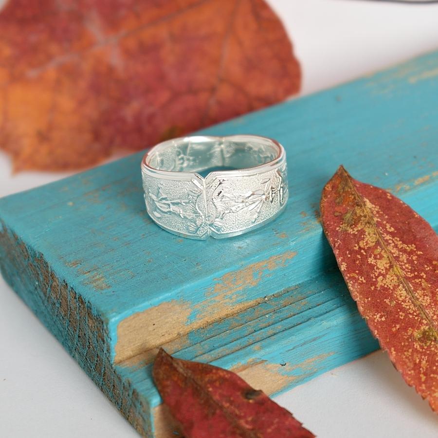 Ukko-sormus, joka on valmistettu vietnamilaisista, kuviollisista, hiekkapuhalletuista hopealusikoista, joiden hopeapitoisuus on 900.