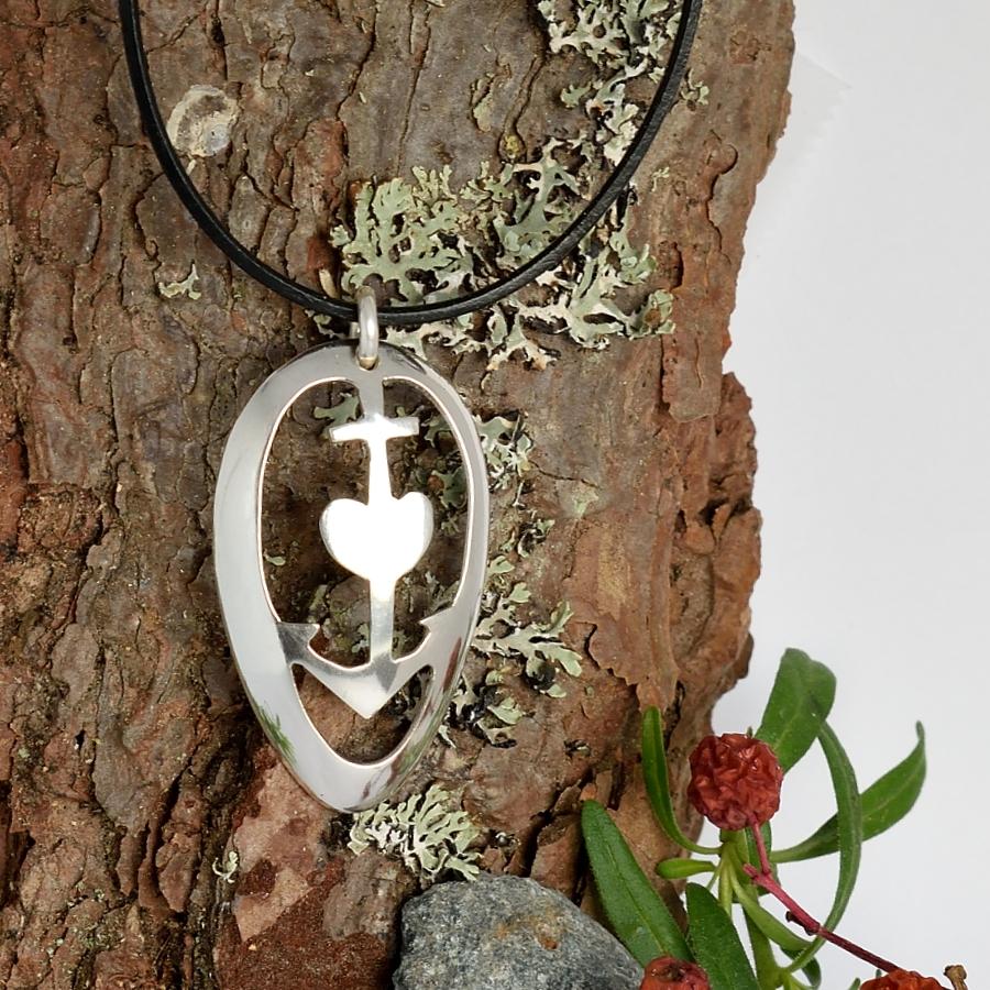 Usko-Toivo-Rakkaus-riipus, joka on muotoiltu hopeisen lusikan pesästä.