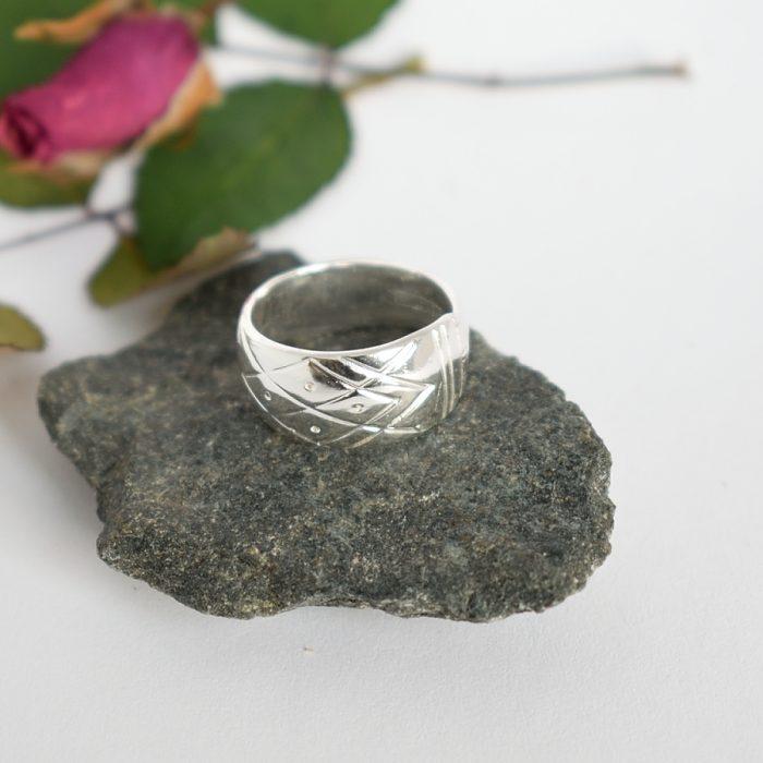 Aino-sormus, joka on valmistettu hopeisen Aino-kahvilusikan varresta.