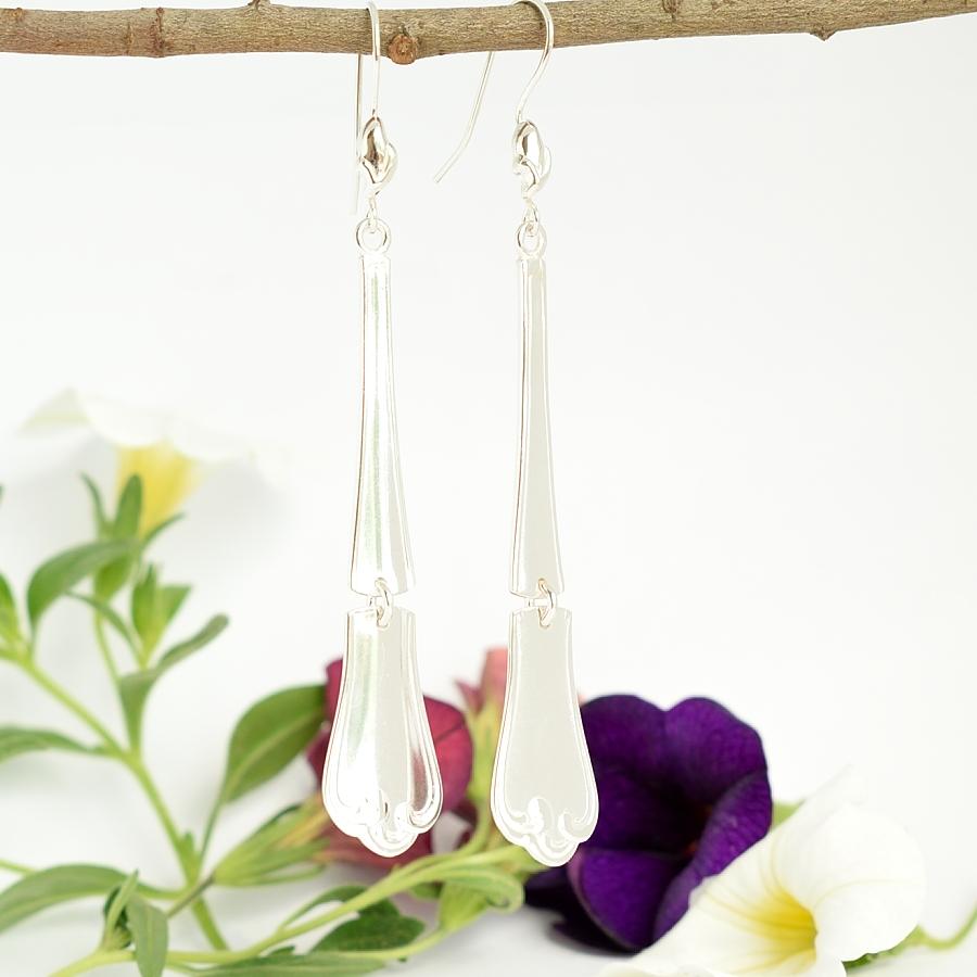 Angelika-korvakorut, jotka on muotoiltu ruotsalaisten hopealusikoiden varsista. Lusikat ovat alun perin vuodelta 1975.