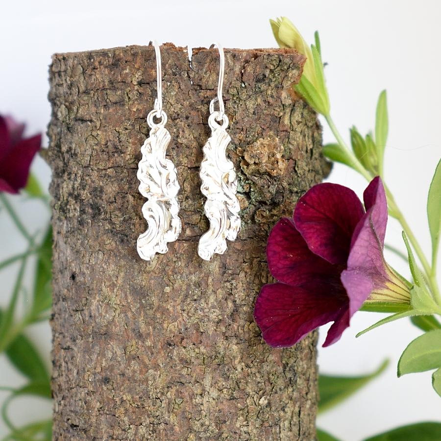 Kiekurat-korvakorut, jotka on muotoiltu hopeisten lusikoiden varsista. Lusikat ovat alun perin vuodelta 1962.