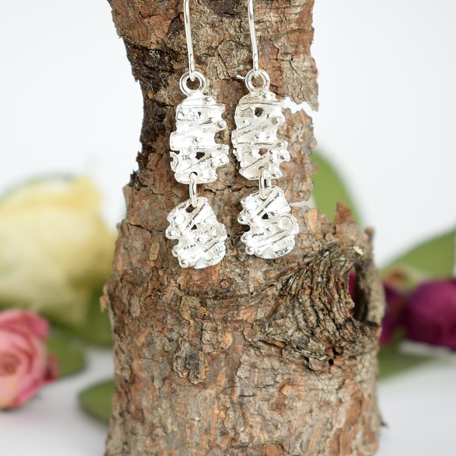 Kuura-korvakorut, jotka on muotoiltu hopeisista vintage kalvosinnapaeista. Kalvosinnapit ovat alun perin vuodelta 1960.