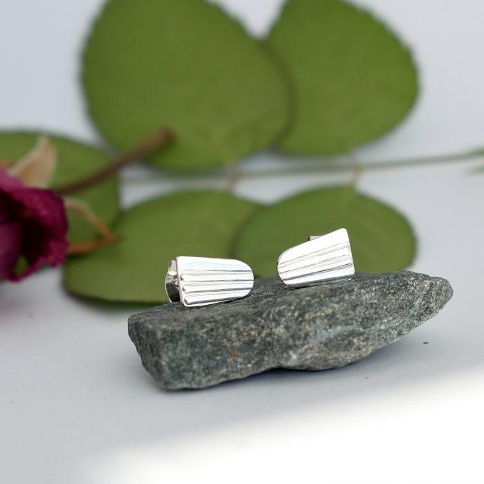 Linnea-tappikorvakorut, jotka on valmistettu hopeisten kahvilusikoiden varsista. Lusikat ovat alun perin vuodelta 1964.