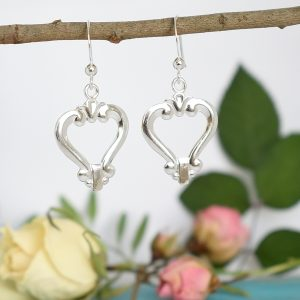 Love-korvakorut, jotka on valmistettu hopeisten, suomalaisten sokeripihtien varsista. Korut ovat sirot, mutta näyttävät ja sopivat hyvin juhlakoruiksi.