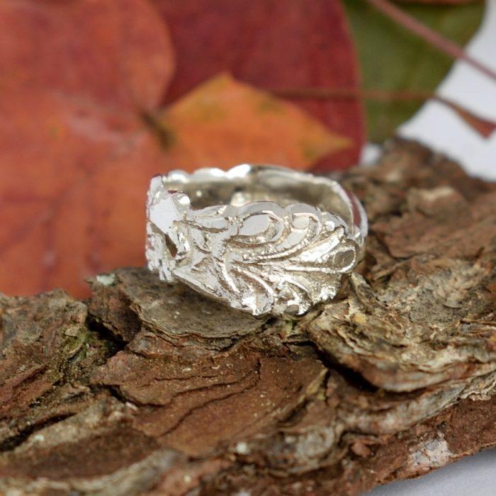 Rustiikki-sormus, joka on valmistettu hopeisen kahvilusikan varresta. Sormuksen leveys on leveimmästä kohdastaan 9 mm.